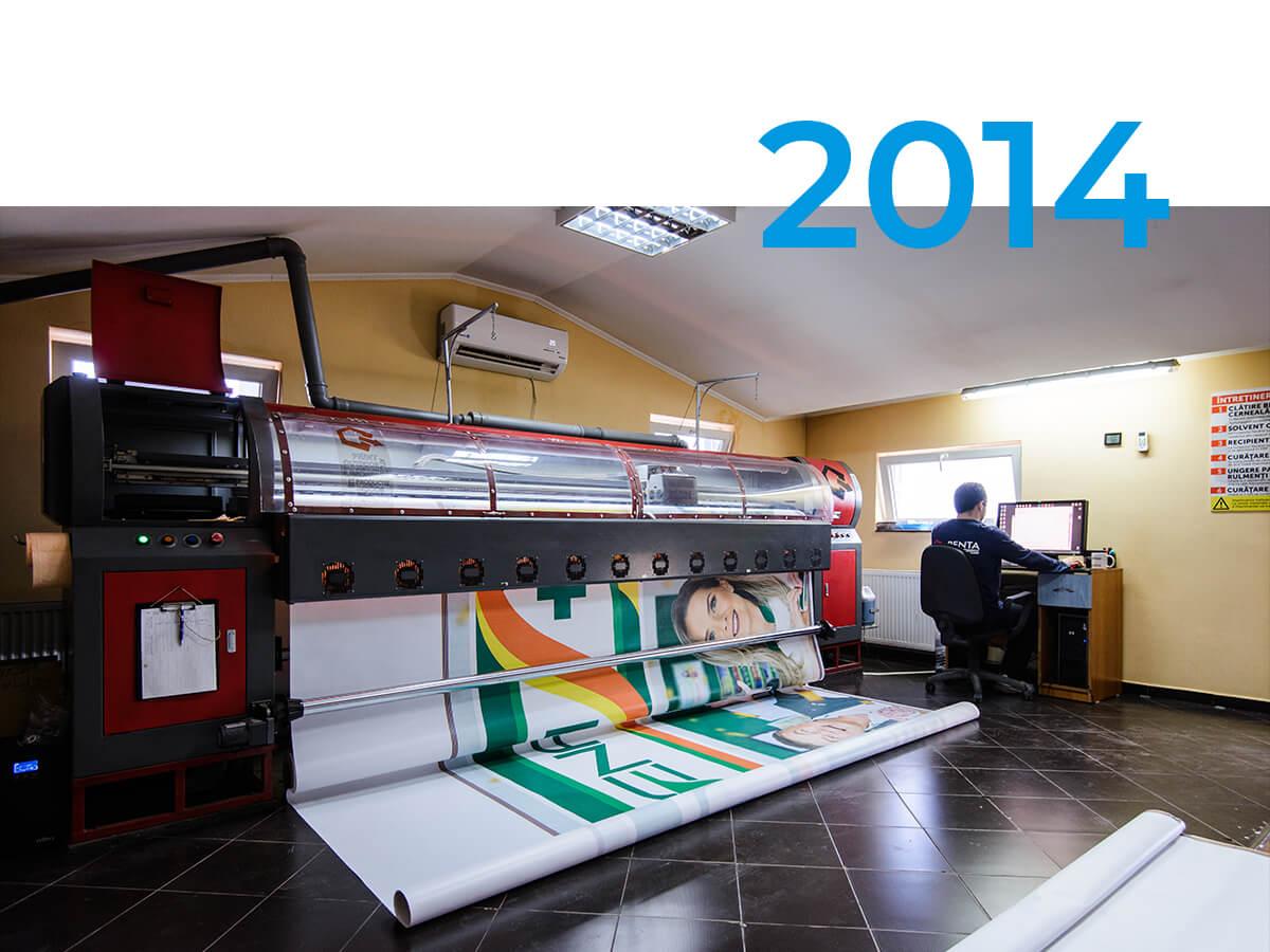 Se achiziționează prima imprimantă de mari dimensiuni și echipamentele conexe.