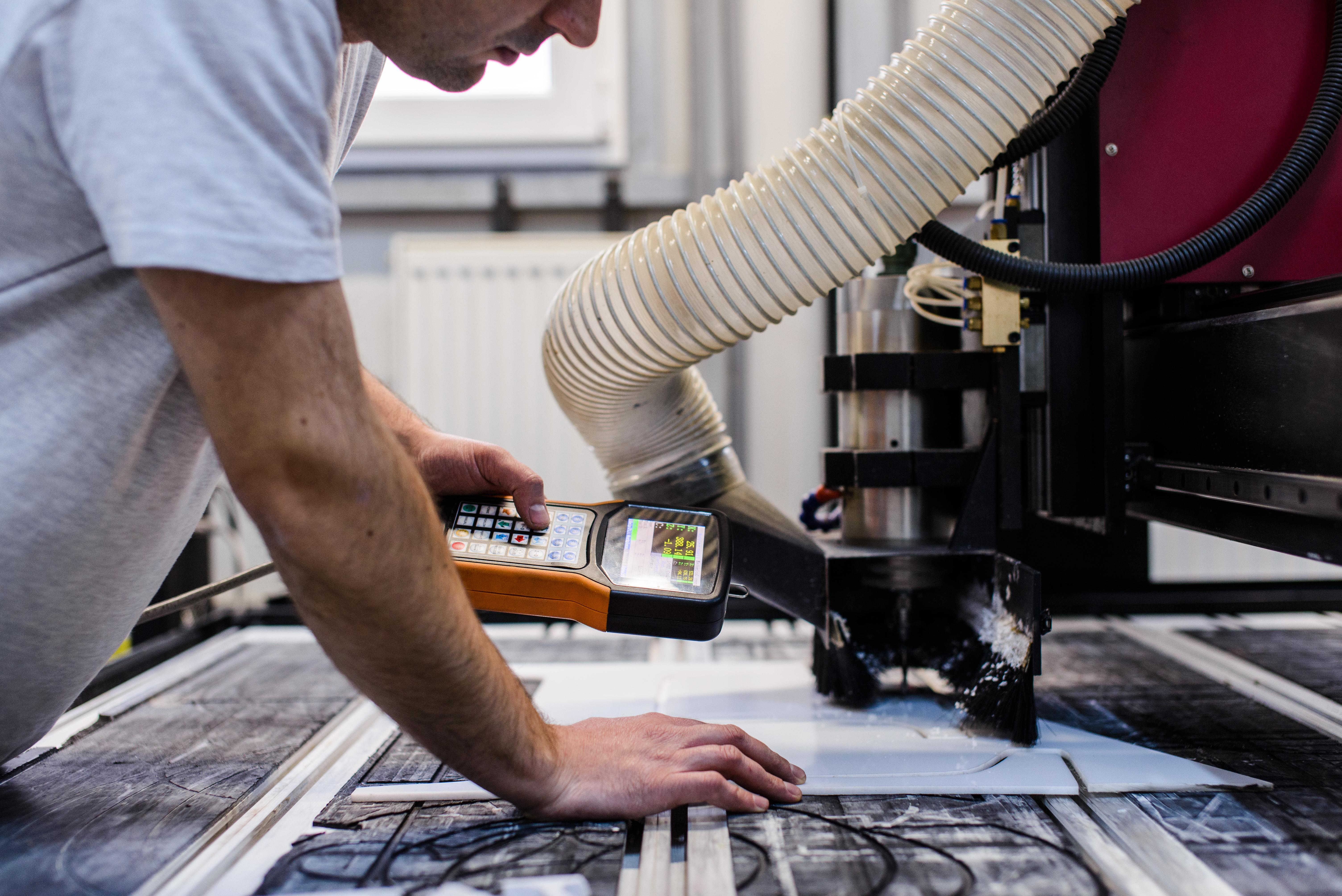 Procesul de realizare a literelor volumetrice cu ajutorul Routerului CNC