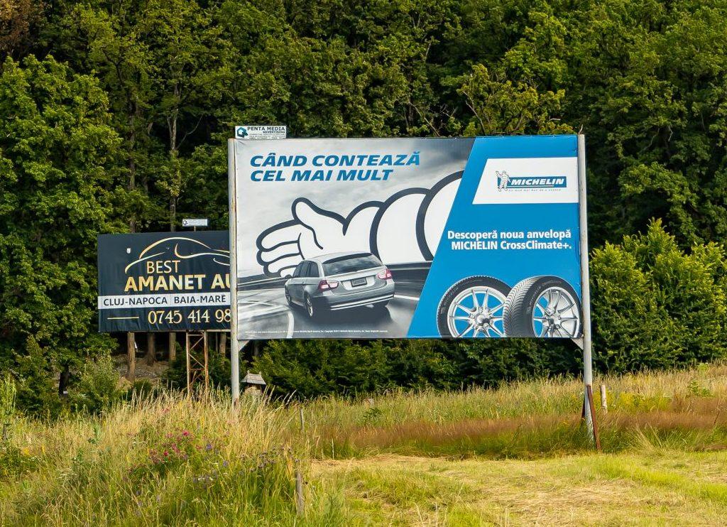 Panou publicitar de tip billboard amplasat la ieșirea din n oraș