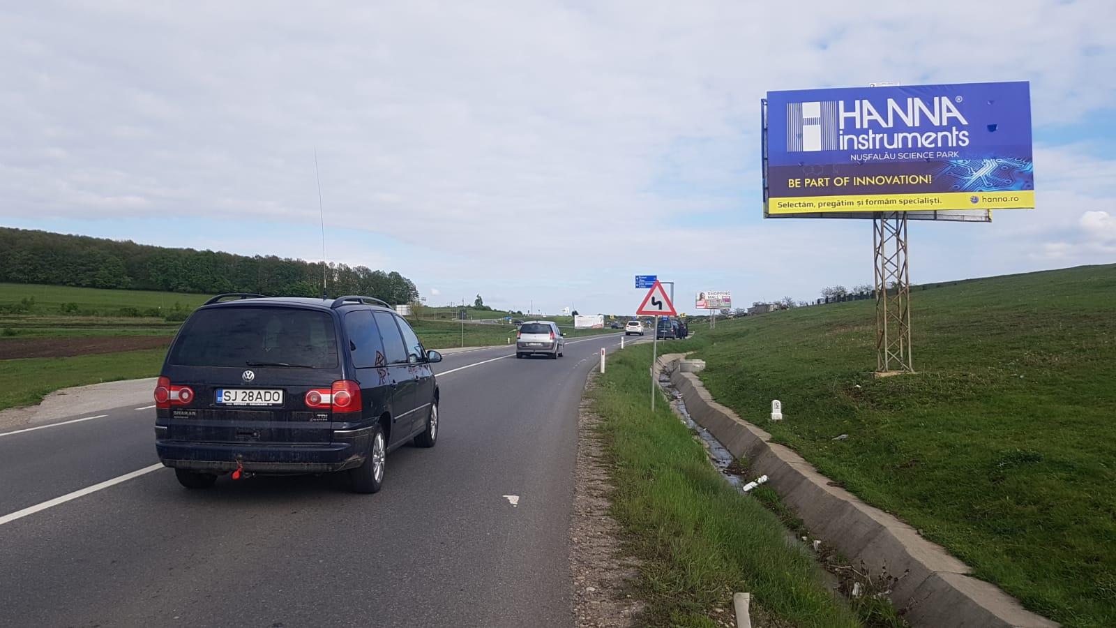 Panou publicitar de tip Unisign amplasat pe un drum național