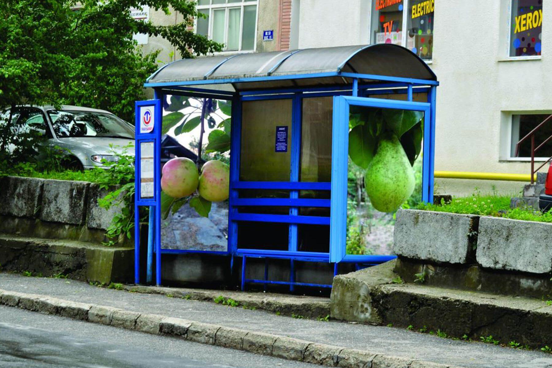 Stație de autobuz decorată cu material publicitar