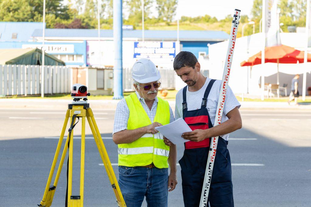 Angajaţii Penta Media fac măsuratori în teren