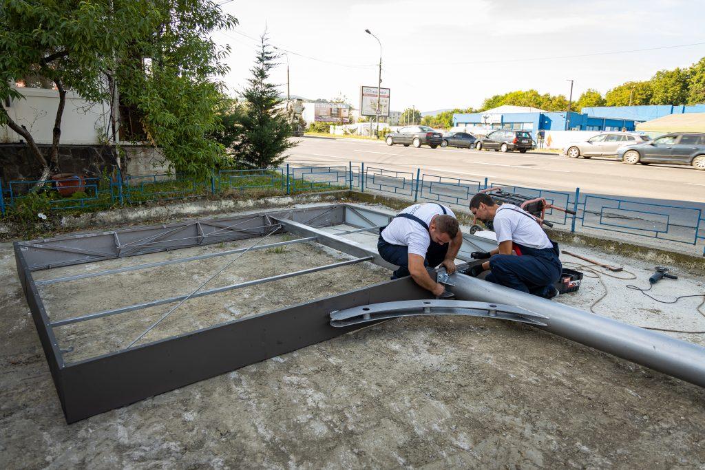 Angajaţii Penta Media verifică structura metalică a panoului