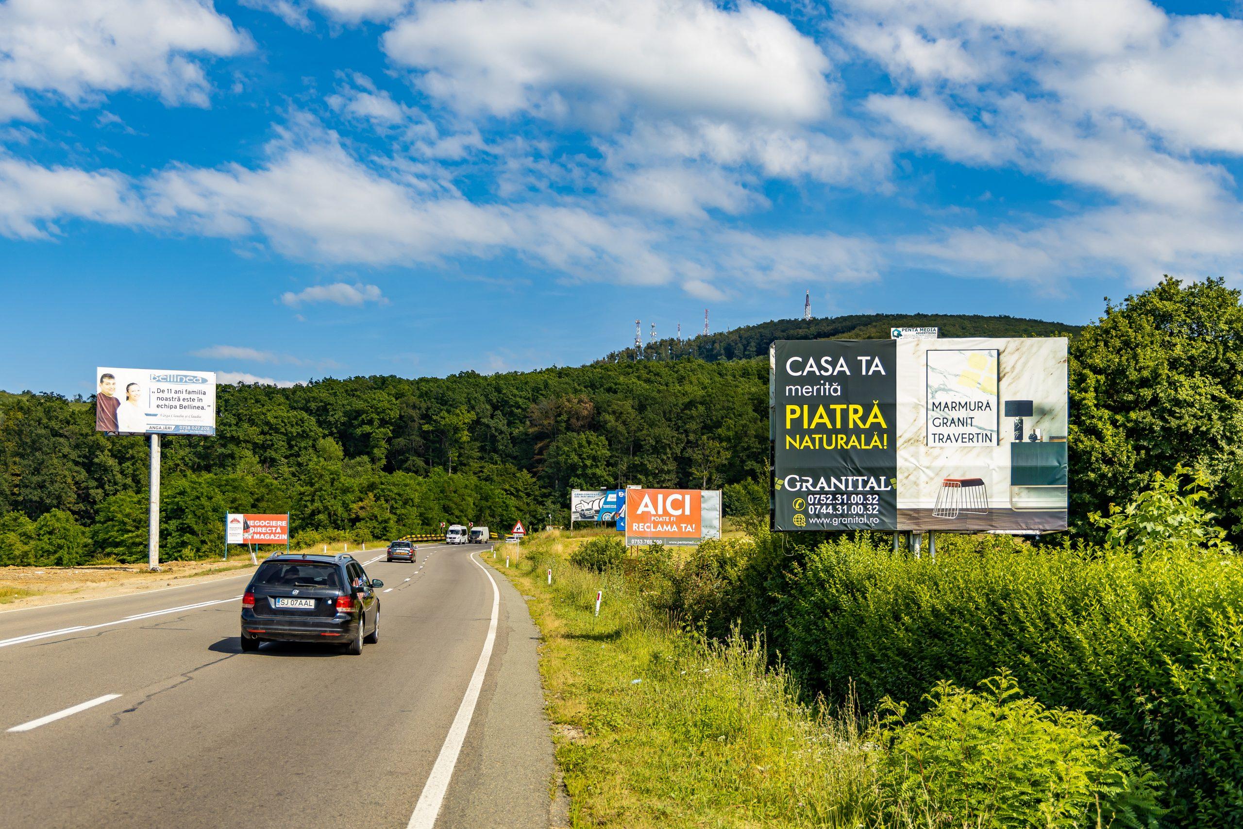 Panou Unisign amplasat pe un drum național