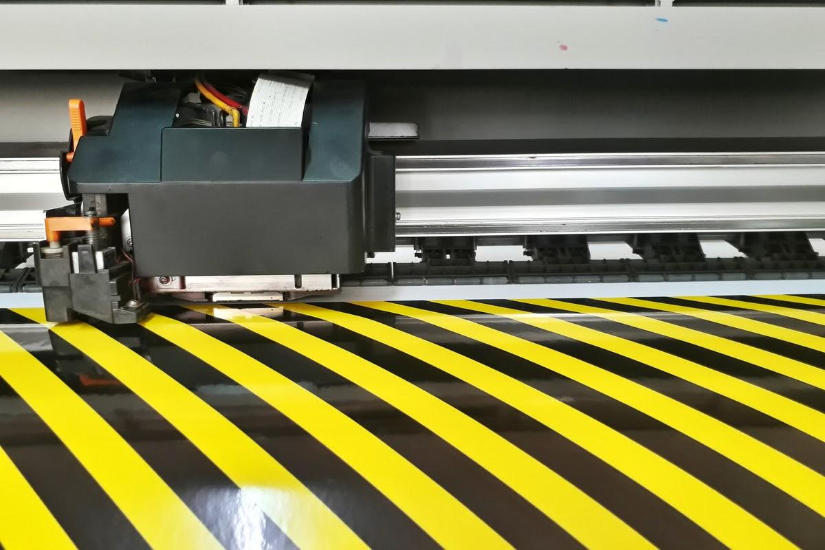 Imprimanta ecosolvent - ce este și prin ce se caracterizează printurile de mari dimensiuni realizate cu această tehnologie