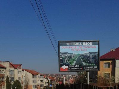 Panou publicitar de tip backlit amplasat în oraș