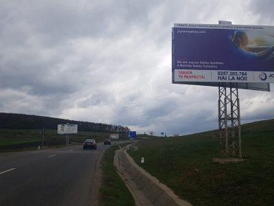 Panou publicitar unisgin amplasat la ieșire din oraș