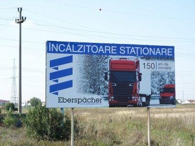 Panou publicitar de tip billboard la intrarea în oraș