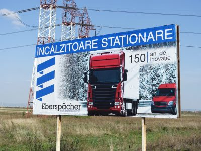 Panou publicitar de tip billboard langa șosea