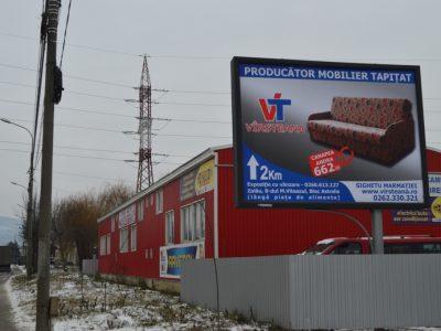 Panou tip backlit amplasat în oraș