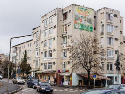 Mesh amplasat pe clădirile din oraș