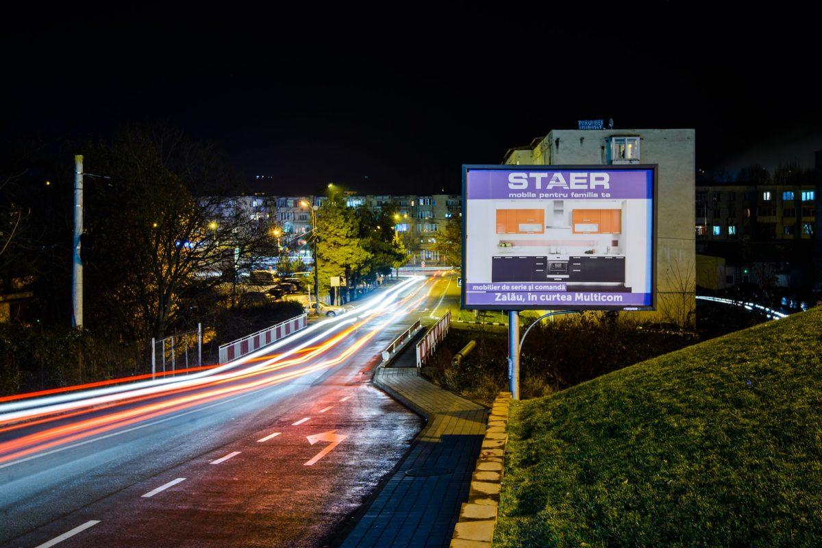 Panou Backlit amplasat la marginea străzii noaptea