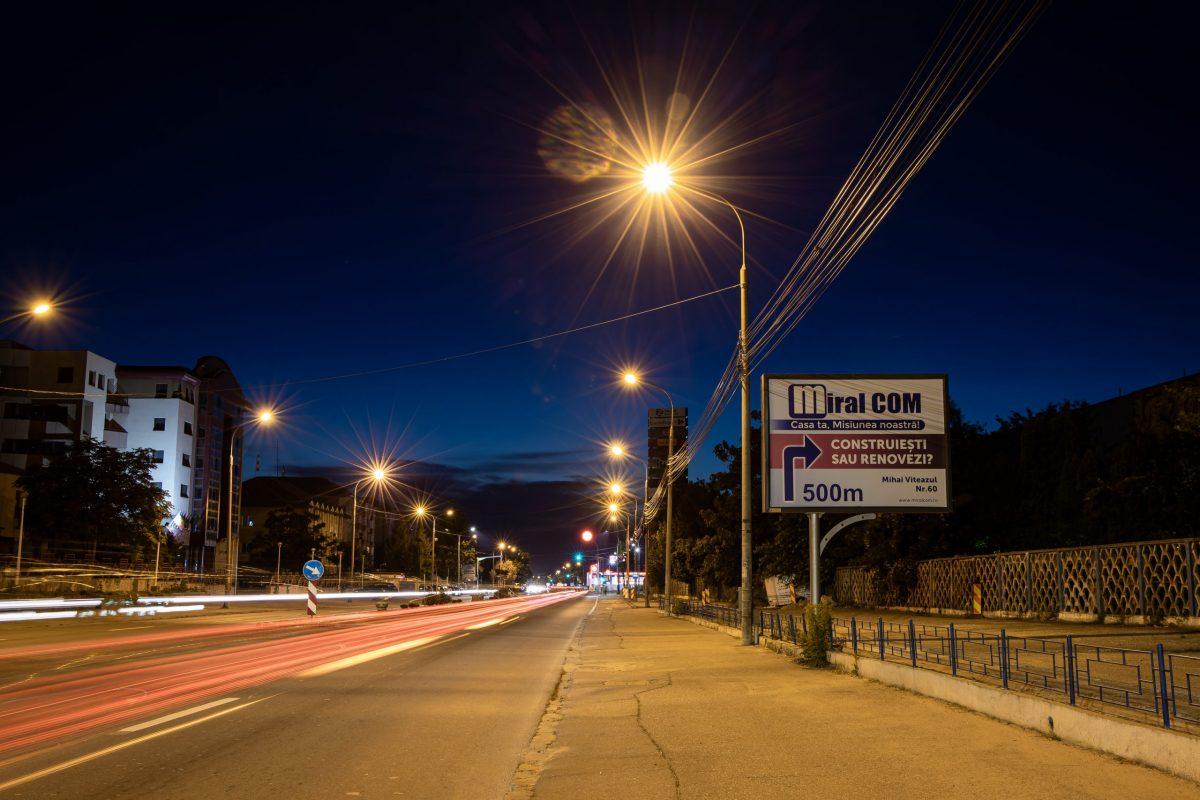Panou publicitar de tip backlit în oraș