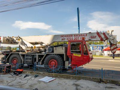 Macaraua se pregăteşte să ridice panoul publicitar