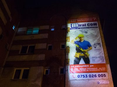 Mesh-uri iluminate din exterior amplasate pe clădire