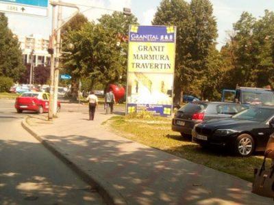 Prisma publicitară amplasată în oraș