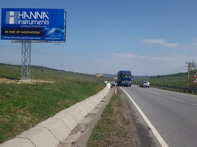 Panou publicitar de tip Unisign lângă șosea