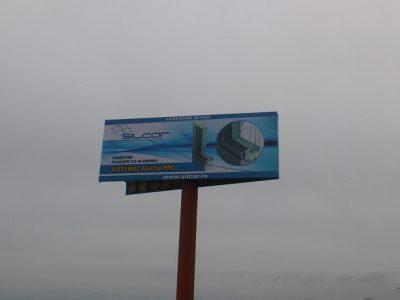 Panou publicitar de tip unipol amplasat la intrare în oraș