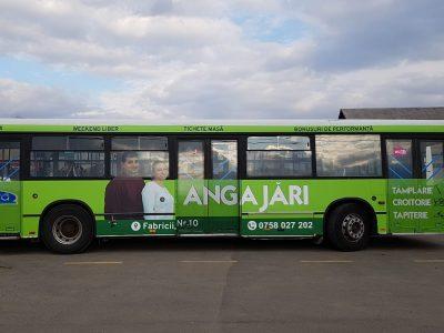 Autobuz colantat în parcare