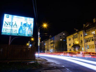 Panou backlit amplasat la marginea străzii pe timp de noapte