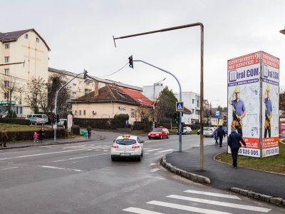 Prismă amplasată într-o zonă circulată din oraș