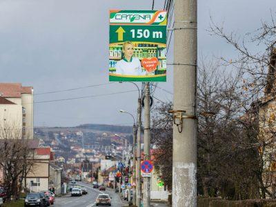 Plăcuțe direcționale amplasate pe stâlpi de iluminat public